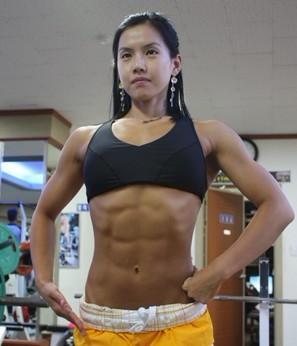 来看看韩国肌肉美女 朴秀姬的风范