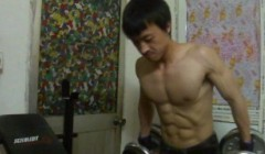 竹竿男晒健身成果,2年健身80斤增长到125斤。