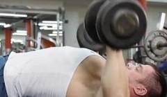 哑铃仰卧推举―教你如何锻炼胸肌