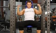杠铃颈后推举是锻炼三角肌最好的训练方法之一