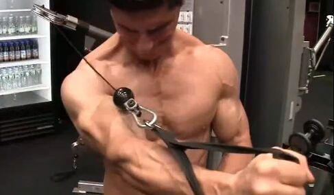 练出胸肌方法中的四个注意事项