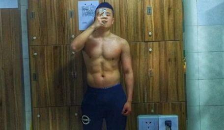 瘦弱男2年练成肌肉男前后对比照片