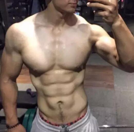 一年练出肌肉男